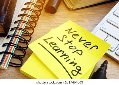 メモに書かれた学習を止めないでください。生涯学習のコンセプト。