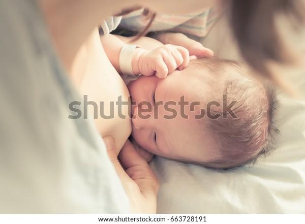 Neugeborene stillen.