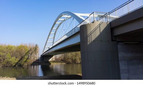 The new bridge of Gyor is the Klatsm?nyi bridge.