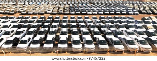 Neue Autos im Hafen