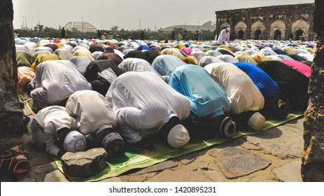New Delhi, India 5th June 2019: Muslim men and children bowing down and offering Namaz prayers on the occasion of Eid'Al-Fitr. They were all dressed in kurta pyjamas and wearing traditional skullcaps