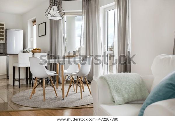 Nouvel Appartement Avec Table Ronde Chaises Photo De Stock