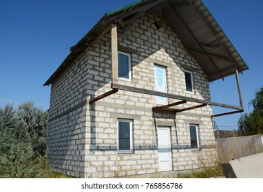 New House construction with autoclaved aerated concrete (AAC), also known as autoclaved cellular concrete (ACC), autoclaved lightweight concrete (ALC), autoclaved concrete wall.