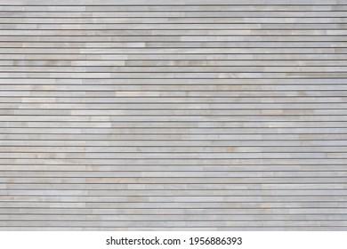 Neue hellgraue Holzverkleidung aus schmalen horizontalen Brettern auf der Fassade