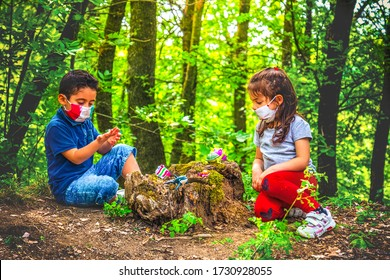 neuer normaler Coronavirus-Hintergrund - Kinderspiel Gesichtsmaske und soziale Distanzierung im Wald, um Zusammenkünfte zu vermeiden