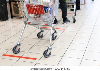 Nouveau style de vie normal avec distanciation sociale où les gens sont séparés par un écart d'au moins 1 mètre dans la file d'attente dans les supermarchés en Malaisie
