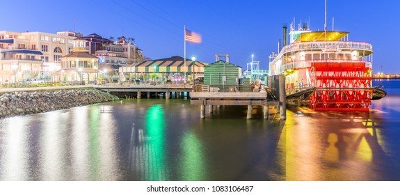 NEW ORLEANS - FEBRUARY 9, 2016 : Natchez steamboat leaves the port of New Orleans. Natchez has been the name of several steamboats, and current one has been in operation since 1975.