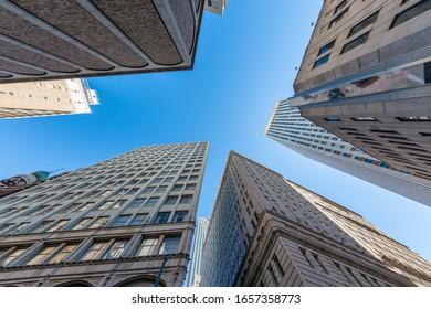 ニューオーリンズの高層ビル群が美しい日に建ち、通りから見える高層ビュー。