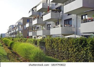 neue Wohnanlage mit Balkon und Garten