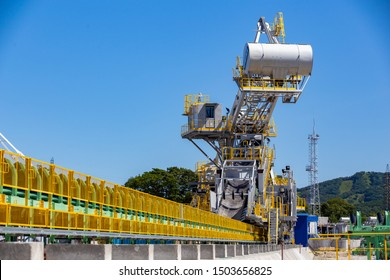 New Stacker-reclaimer for stacking coal or other bulk material and taking it from the stack at the construction site of the marine coal terminal
