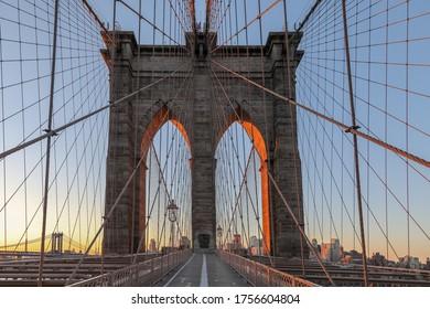 New York, pont Brooklyn au lever du soleil, États-Unis