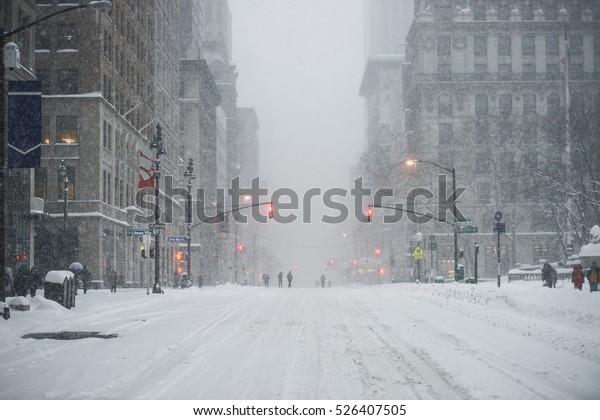 Нью-Йорк Манхэттен Мидтаун-стрит под снегом во время снежной метели зимой. Пустой 5-й авеню без движения.