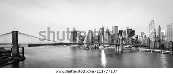 горизонт Нью-Йорка с Бруклинским мостом и видом на Нижний Манхэттен в утреннем солнечном свете - Черно-белый