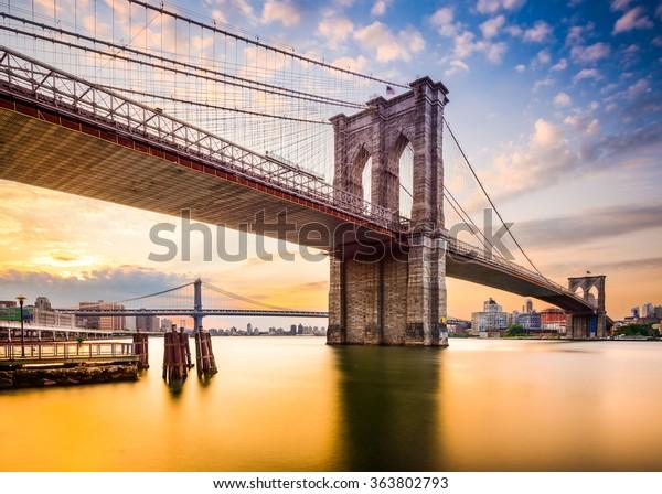 Nueva York, EE.UU. en el puente de Brooklyn y East River.