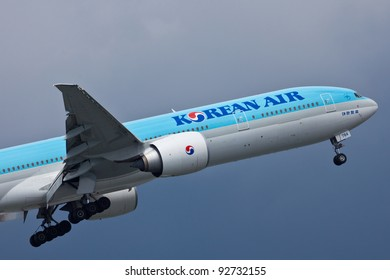 NEW YORK - DECEMBER 21:Boeing 777 Korean Air on final approach to JFK in New York on December 21, 2011. Korean Air Blue top livery was introduced on in 1984. Airlines are flag carrier  of South Korea