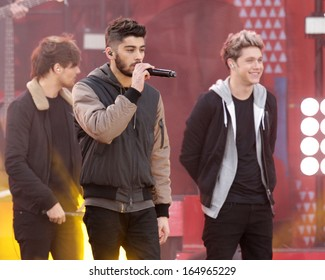 NEW YORK - NOV 26: Zayn Malik and Niall Horan of One Direction perform on 'Good Morning America' in Central Park on November 26, 2013 in New York City.