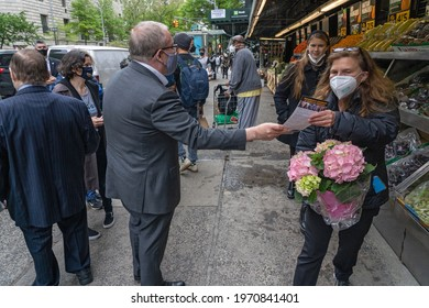 NEW YORK, NY – May 09, 2021: City Comptroller and mayoral candidate Scott Stringer handout flyers to locals during a campaign stop on the Upper West Side in front of Fairway Market on 74 and Broadway.