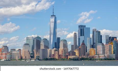 New York, NY, USA. Wunderschöne Wolkenkratzer und Gebäude von der Insel Ellis
