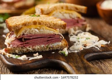 New York sandwich with pastrami, sauce 1000 islands and sauerkraut.