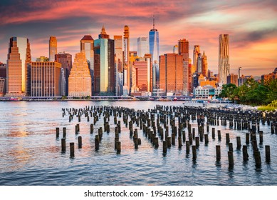 New York. Atemberaubender Sonnenaufgang mit Manhattan aus Brooklyn Old Pier, größte Stadt in den USA.