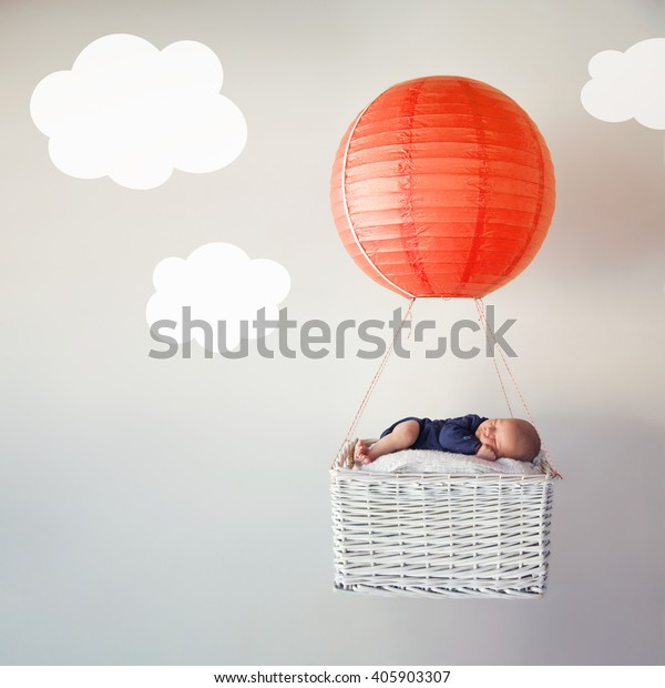 Pasgeboren baby in slaap in dromenland
