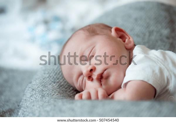 Neonato neonato sdraiato sul letto, dormire, avvicinarsi