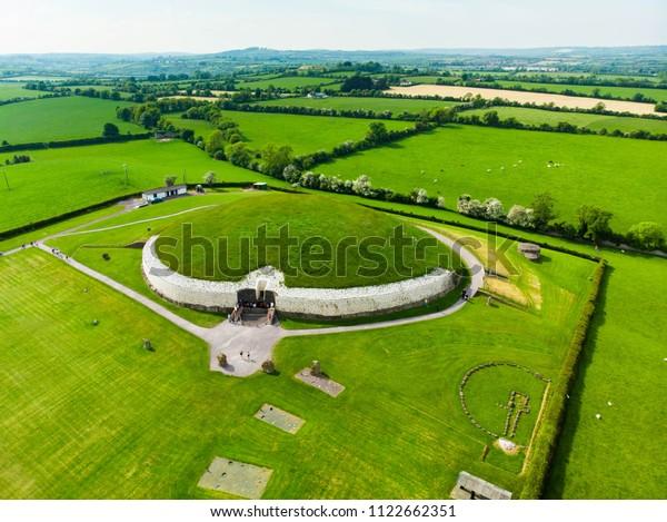 ニューグランジ(Newgrange):新石器時代に建てられた、アイルランドのミース郡にある。アイルランドで最も人気の高い観光アトラクションの一つ、ユネスコの世界遺産です。