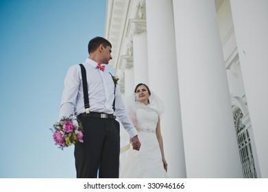 Newlyweds at white columns.