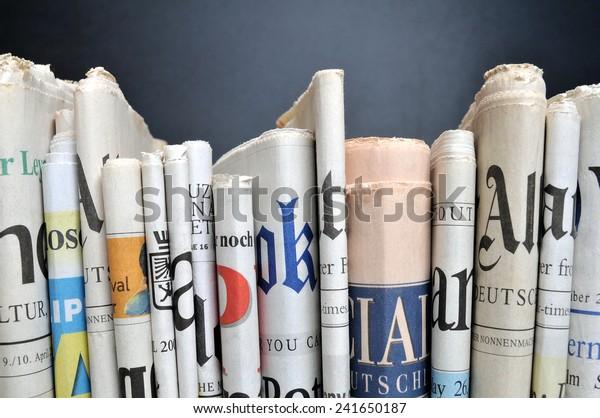 Nachrichten - Gefundene Zeitungen vor der schwarzen Wand