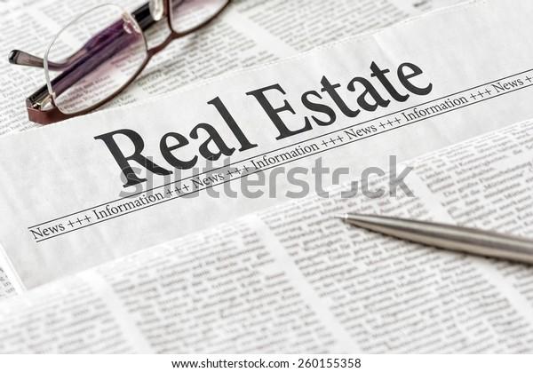 """Eine Zeitung mit der Schlagzeile """"Immobilien"""""""