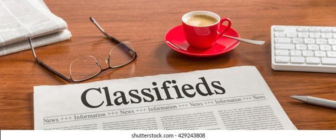 Eine Zeitung auf einem Holzschreibtisch - Klassifieds