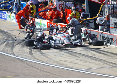 Newton, Iowa USA - July 9, 2016: Verizon IndyCar Series Iowa Corn Indy 300. Will Power pit stop. Andretti pit crew shows teamwork. Will Power is sponsored by Verizon powered by Chevrolet