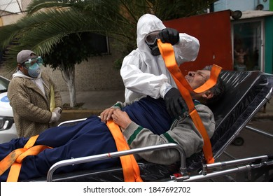 Nezahualcoyotl, Mexico. 08 September 2020. Paramedic David Olazagasti prepares a patient with symptoms of covid-19 to be transferred to the Gustavo Baz General Hospital in Nezahualcoyotl, Mexico.