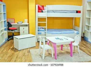 Belle chambre colorée, entièrement décorée avec des meubles flambant neufs pour bébé et enfant