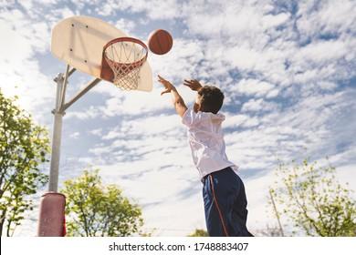 野外でバスケをする優しくてクールなアフロ系アメリカ人選手