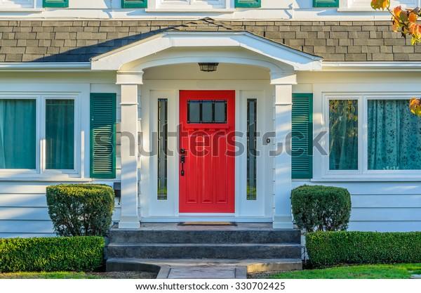 Хороший вход в роскошный дом над открытым ландшафтом.
