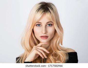 Schöner Look eines einsamen Mädchens mit übergewachsenen natürlichen Wurzeln und weichem und leichtem Make-up.