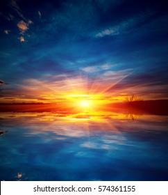Nice sunset over water su?face