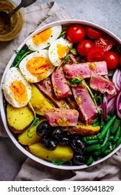 salade niçoise avec thon.style hugge.mise au point sélective