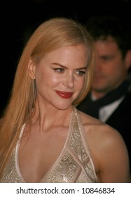 """Nicole Kidman arrives at the world premiere of """"The Golden Compass"""" at the Odeon Leicester Square on November 27, 2007 in London, England"""