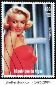 NIGER - CIRCA 1999: A postage stamp printed by Niger shows image portrait of famous American actress, model and singer Marilyn Monroe (1926-1962), circa 1999.