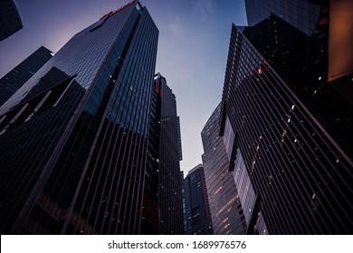Paysage urbain nocturne avec gratte-ciels immeubles silhouettes contre ciel bleu du centre financier asiatique de Singapour en perspective