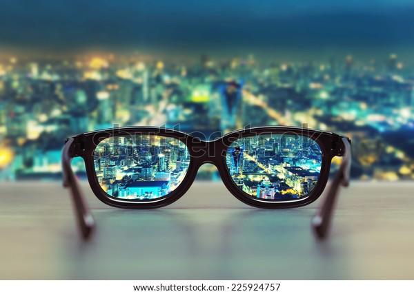 Paisaje urbano nocturno centrado en lentes de vidrio