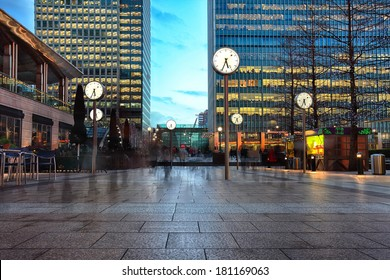 night picture of six public clock in Canary Wharf