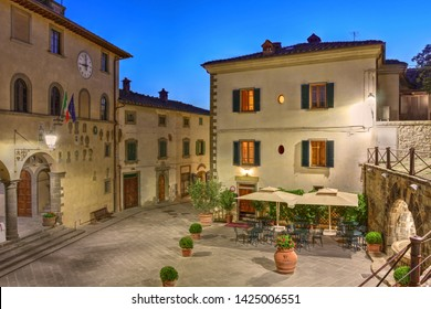 Night scene in the central square of the small town of Rada di Chianti, commune of the winemaking region of Chianti in the Province of Siena, Tuscany, Italy