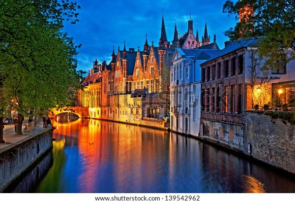 Ночная съемка исторических средневековых зданий вдоль канала в Брюгге, Бельгия
