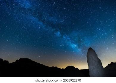 Le ciel nocturne et la Voie Lactée. Le rocher Roques de Garcia au premier plan. Tenerife, îles Canaries. Espagne.