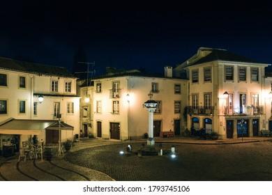 Vue nocturne de la place Alexandre Herculano à Constancia dans le district de Santarem au Portugal - place publique