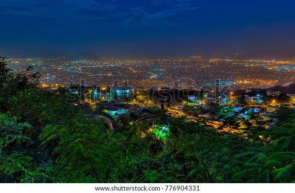Vue de nuit de Kingston, Jamaïque.