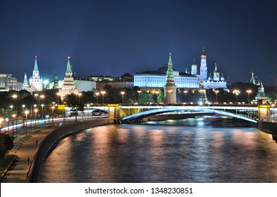 Night view of the Moscow Kremlin and the bridge over the Moskva river.